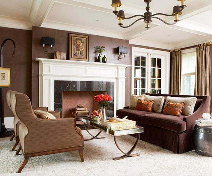 braunes-wohnzimmer-großer-kamin-in-weißer-farbe