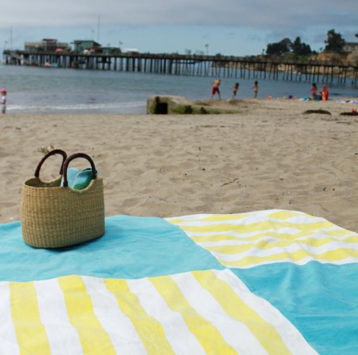 cooles-Tuch-gelb-blau-Streifen-Strand
