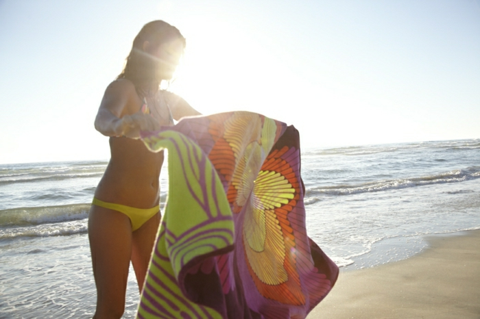 cooles-buntes-Strand-Tuch-Mädchen-Meer-Sommer