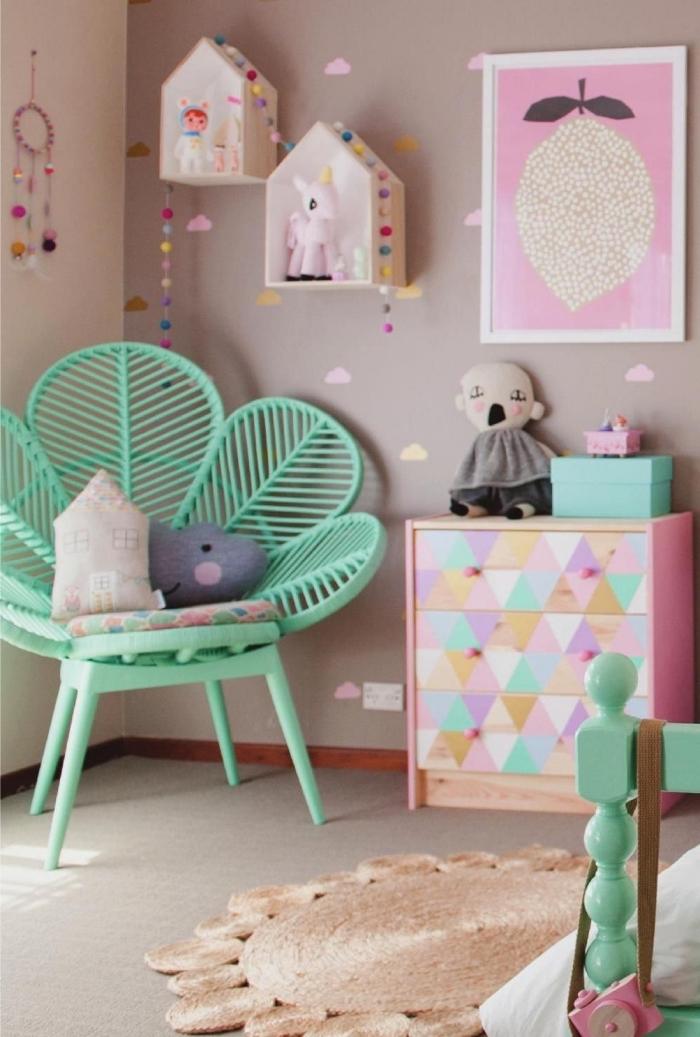 deko für kinderzimmer, mädchenzimmer gestalten, mintfarbener stuhl, wanddeko ideen
