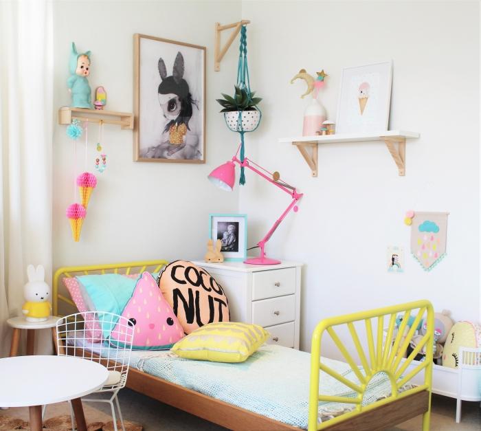 deko für kinderzimmer, zimmer dekoration, gelbes bett, wanddeko mädchenzimmer ideen