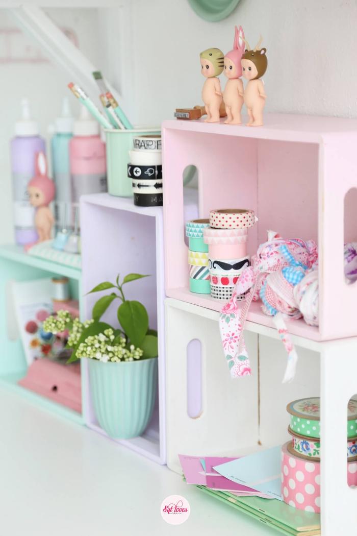 deko für kinderzimmer, wandregale in pastellfarben, mädchenzimmer wanddeko ideen