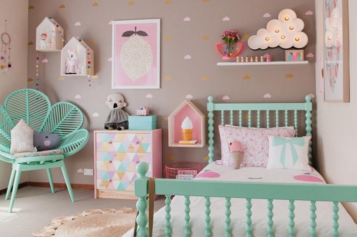 deko fürs zimmer, kinderzimmergestaltung in pastellfarben, wandsticker wolken, mintfarbene mäbel