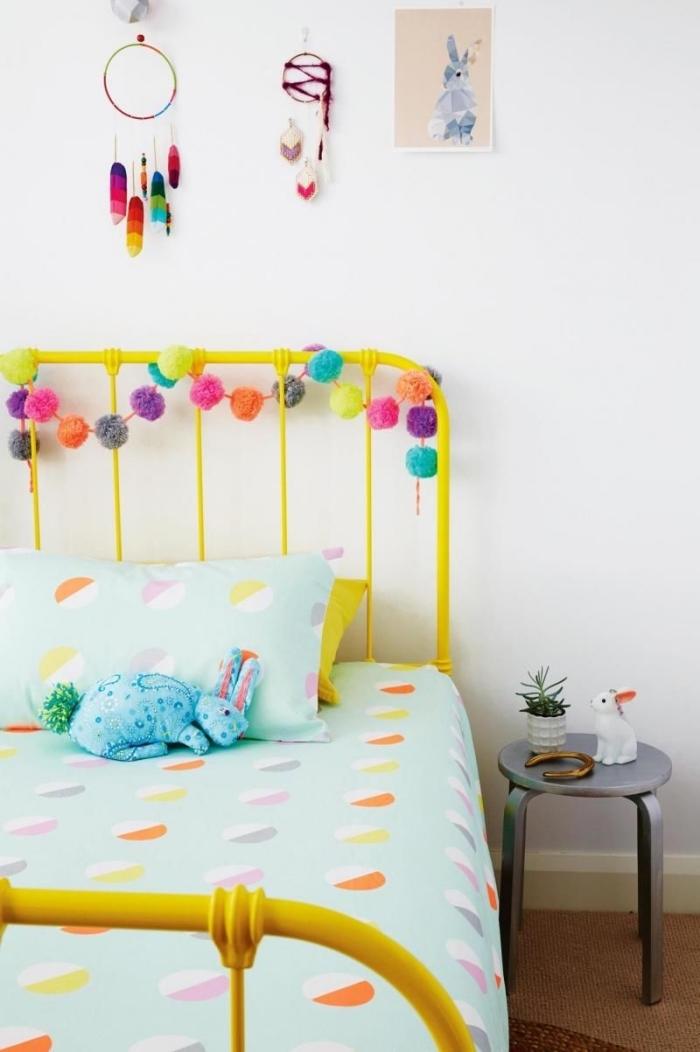 deko kinderzimmer mädchen, gelbes bett, bunte pompons, traumfänger wanddeko