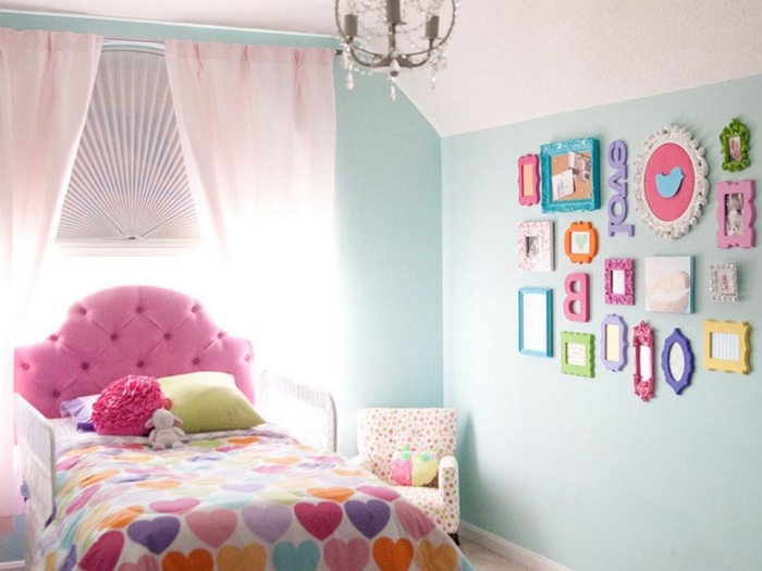 deko kinderzimmer mädchten, rosa bett, farbnfrohe wanddeko, bilder und spiegel