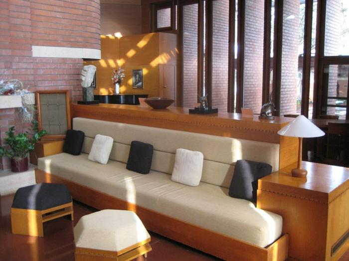 dekoration-im-wohnzimmer-elegante-couch-mit-dekokissen