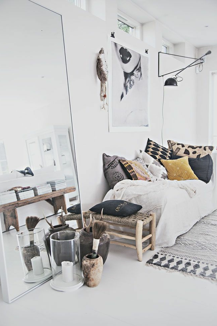 dekoration-im-wohnzimmer-viele-dekokissen-auf-dem-sofa