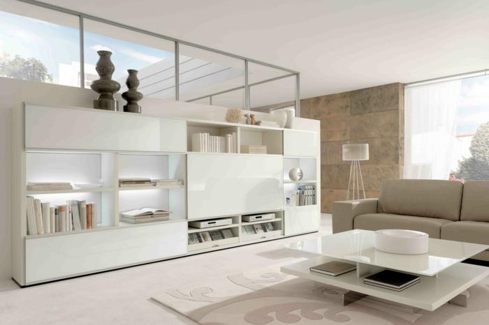 dekoration-im-wohnzimmer-viele-weiße-schränke