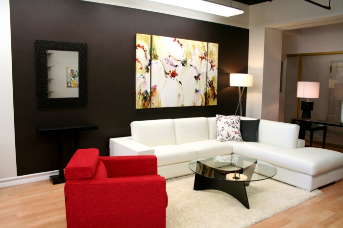 dekoration-im-wohnzimmer-weißes-sofa-und-roter-sessel