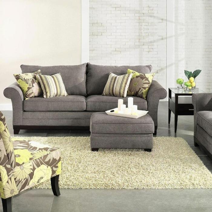 dekoration-im-wohnzimmer-wunderschönes-sofa-in-grauner-farbe