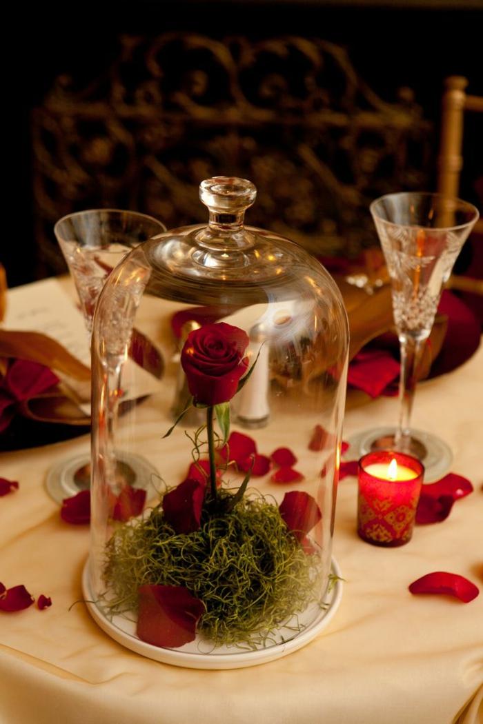 die-schöne-und-das-beast-elegante-rose-auf-dem-tisch