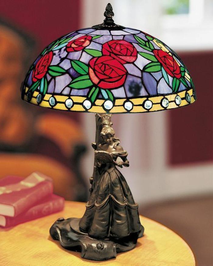 die-schöne-und-das-beast-interessante-lampe-auf-einem-kleinen-tisch