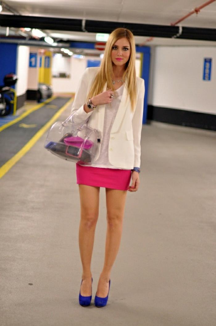 durchsichtige-Furla-Tasche-rosa-Rock-blaue-Schuhe-Absatz