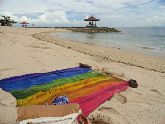 einsamer-isolierter-Strand-Tuch-farbige-Streifen
