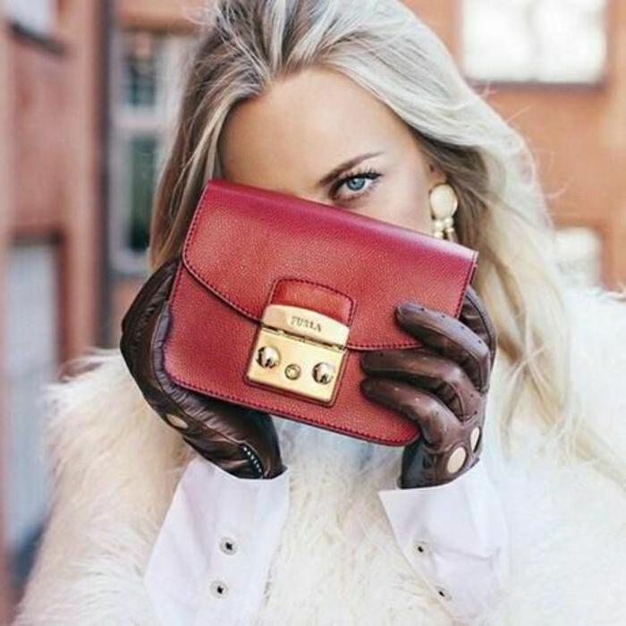 elegante-Metropolis-Mini-Tasche-Furla-weinrote-Farbe-goldene-Elemente