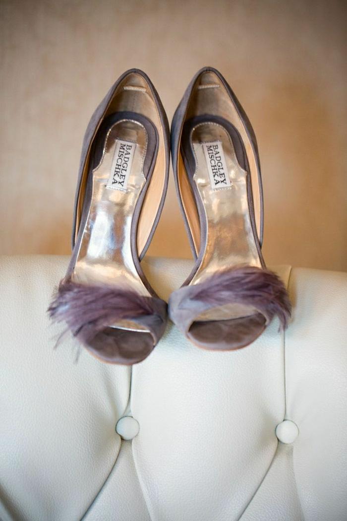 elegante-lila-Schuhe-Federn-Dekoration-weißes-Ledersofa
