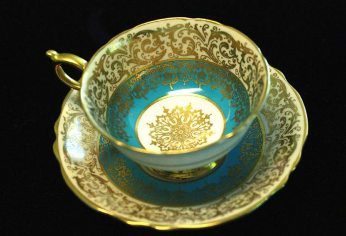 englisches-porzellan-schöne-goldene-farbe