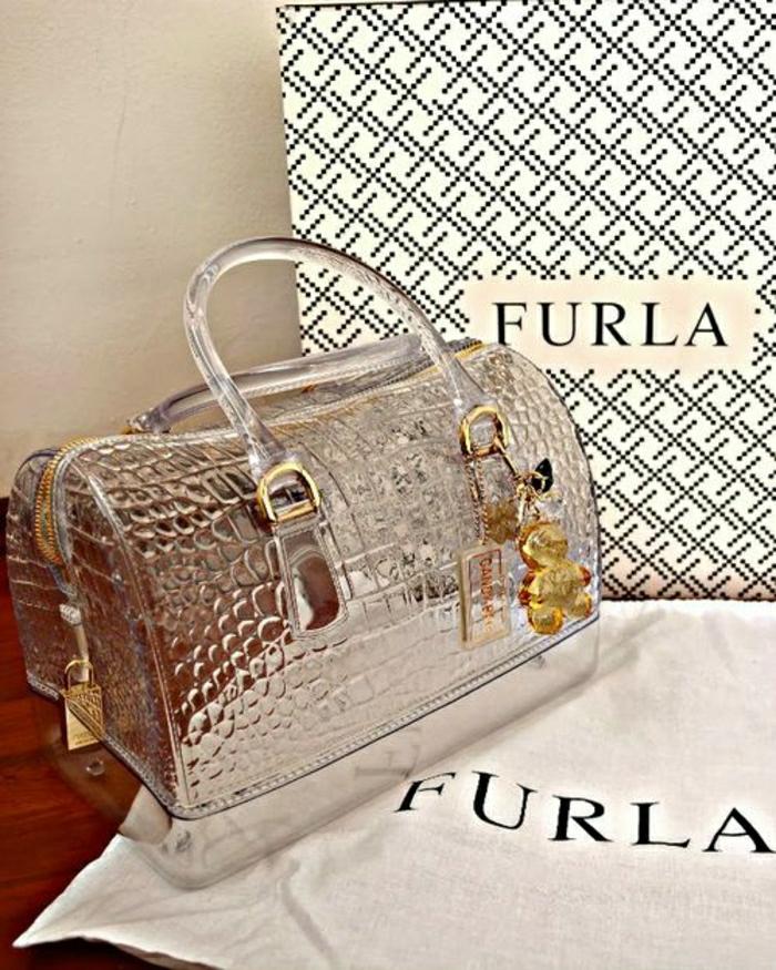 extravagante-Furla-Tasche-silberne-Farbe-goldene-Elemente