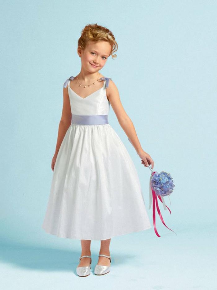Festliche Kindermode Blauer Hinetrgrund Schönes Mädchen