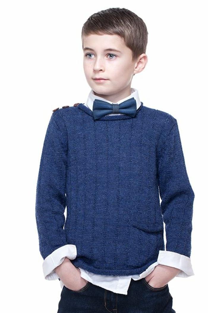 festliche-kindermode-ein-junge-mit-blauem-pullover