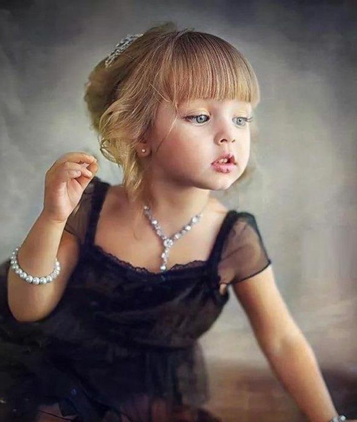 festliche-kindermode-kleines-blondes-elegantes-mädchen