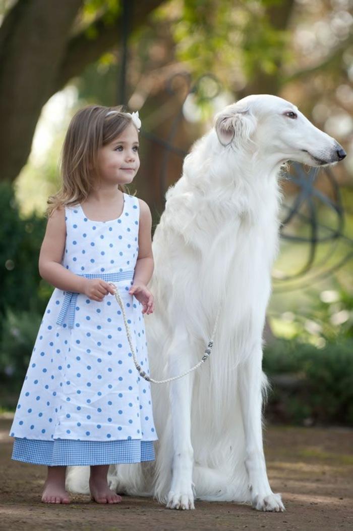 festliche-kindermode-super-interessantes-mädchen-hund