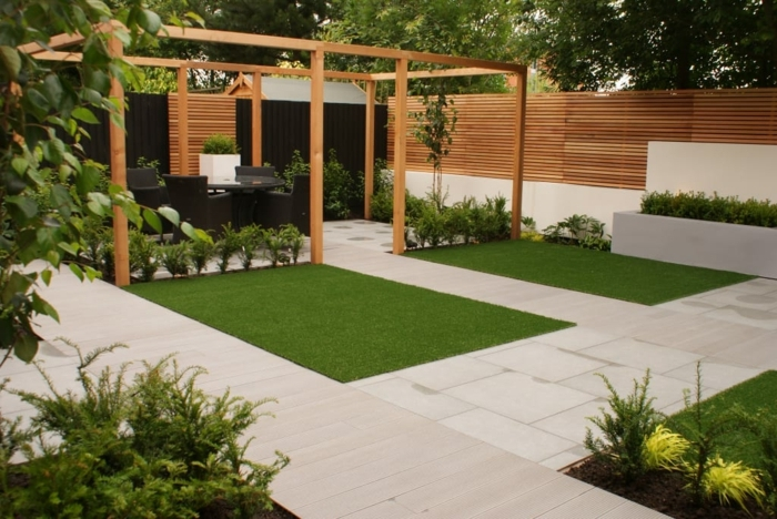 garten ideen bilder hintergarten gestalten großer zaun aus holz holzzaun natursteinfliesen