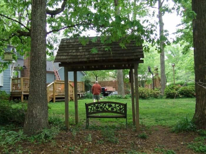 gartenbank-mit-dach-Gras-Bäume