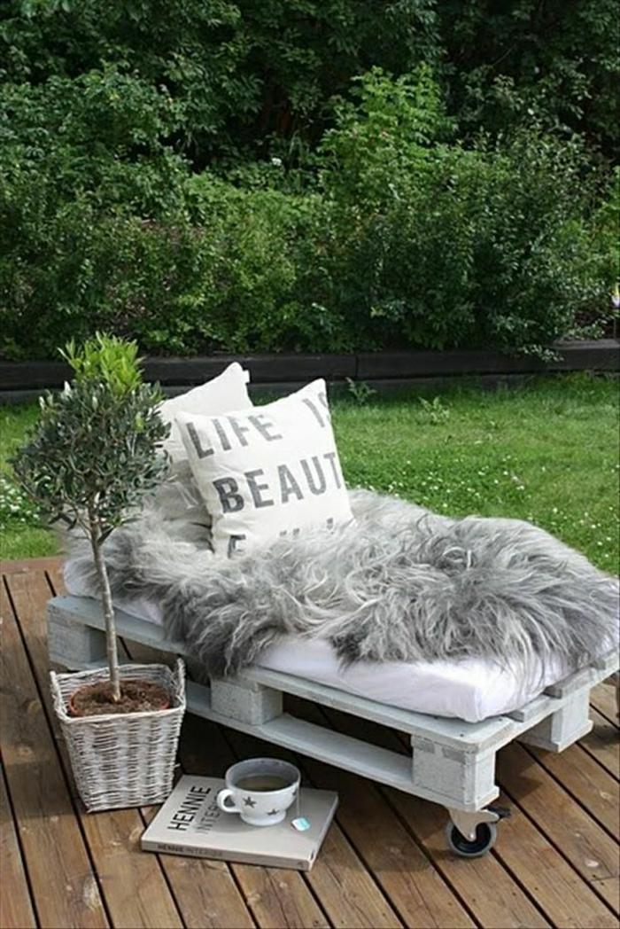 gartenmöbel-aus-paletten-Bett-Rollen-kleine-Matraze-Pelz-vintage-Kissen-Topfpflanze-Lehrbuch-Teetasse