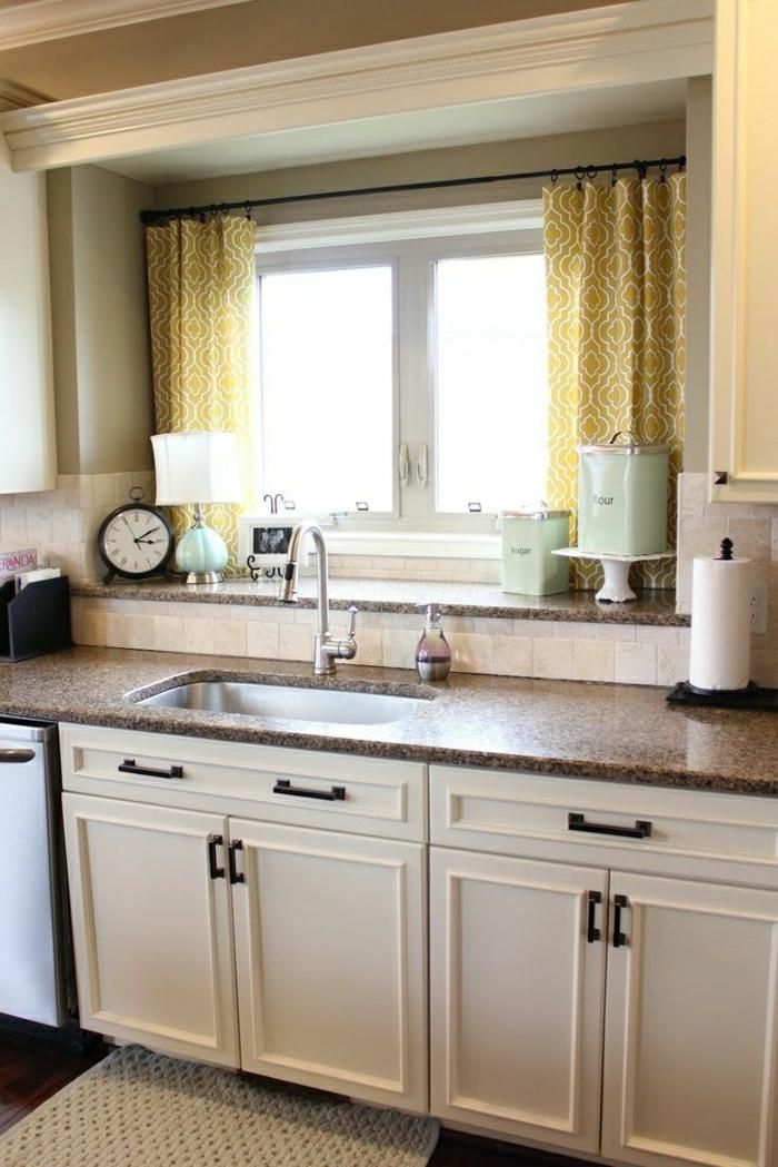 gelbe-Gardinen-kleine-Fenster-Waschbecken-weiße-Küchenschränke