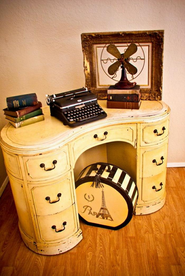 gelbe-vintage-Kommode-schwarze-elektrische-Schreibmaschine-Bücher-Ventilator