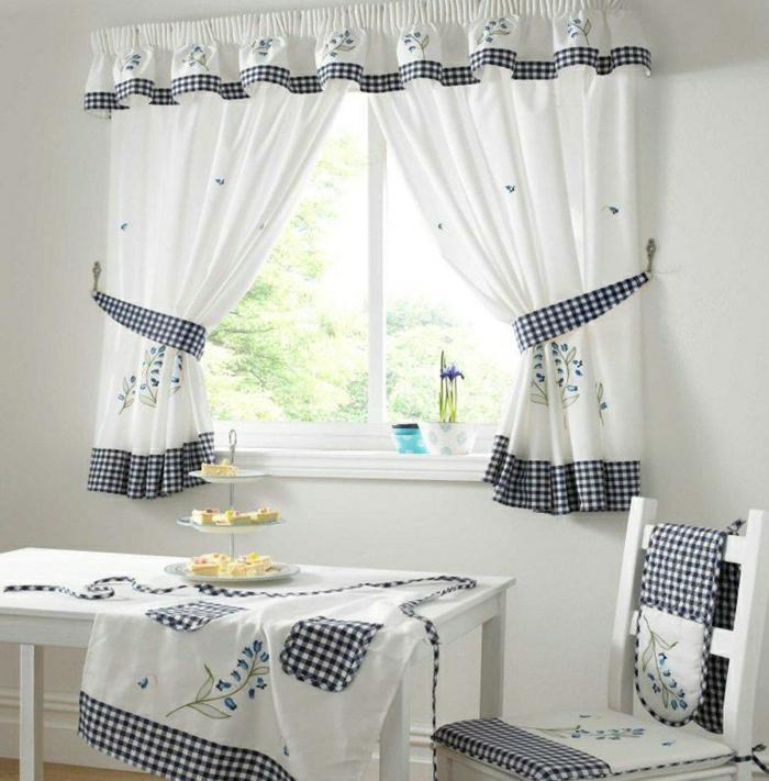 gemütliche-Küche-Kuchen-kleines-Fenster-sympatische-Gardinen-weiß-kariert-Blumentöpfe-Schürze-Tischdecke