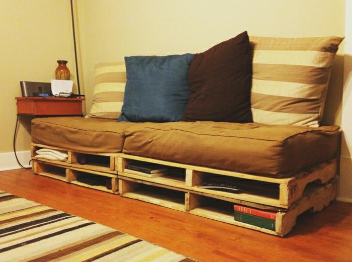 gemütliches-Interieur-Paletten-Couch-braune-Polster
