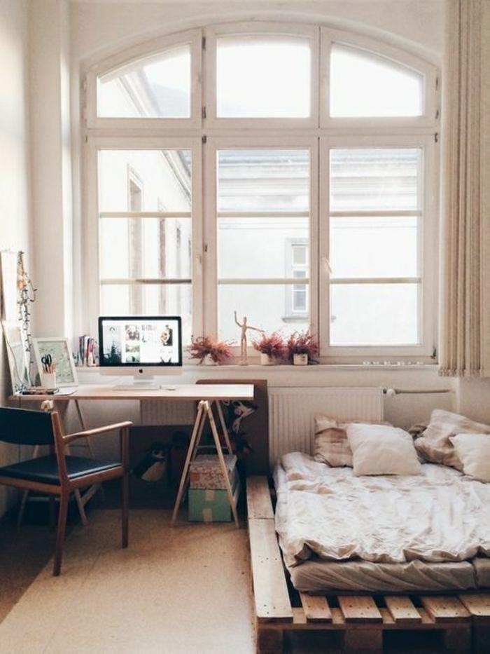 Gemütliches Schlafzimmer Bett Aus Paletten Schlichtes Interieur