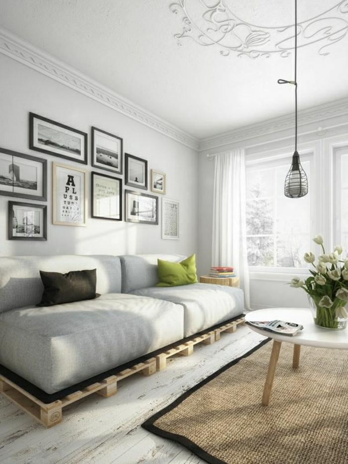 gemütliches-Wohnzimmer-Sofa-aus-Paletten-beige-Kissen-Bilder-industrielle-Lampe