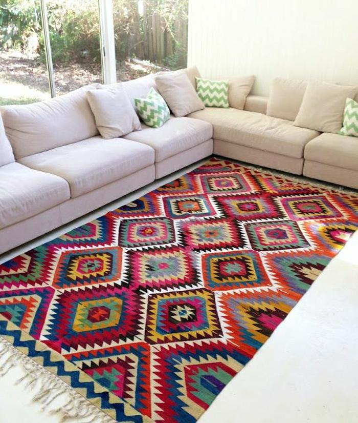 gemütliches-Wohnzimmer-bequemes-Sofa-Kissen-vintage-Teppiche