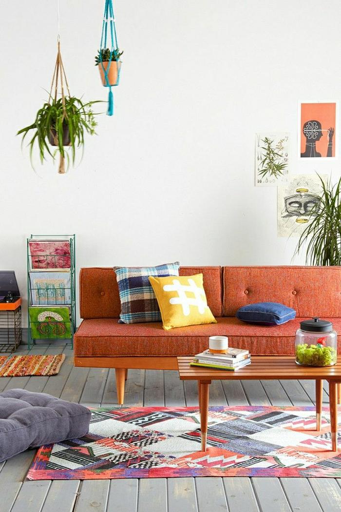 gemütliches-Wohnzimmer-grelle-Farben-orange-Sofa-bunte-Kissen-vintage-Teppich