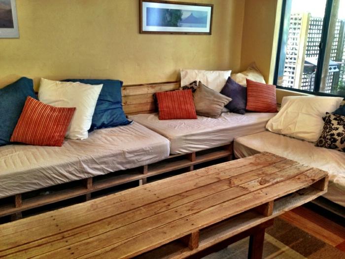 gemütliches-Zimmer-Paletten-Möbel-bunte-Kissen
