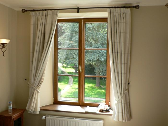 gemütliches-Zimmer-Radiator-kleines-Fenster-hölzerner-Rahmen-Vorhänge-Pastellfarbe-beige