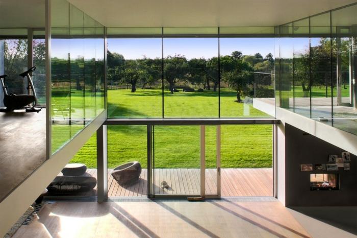 glasswand-terrasse-grüne-wiesen-draußen