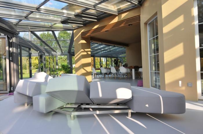 glasswand-terrasse-graues-modell-vom-sofa