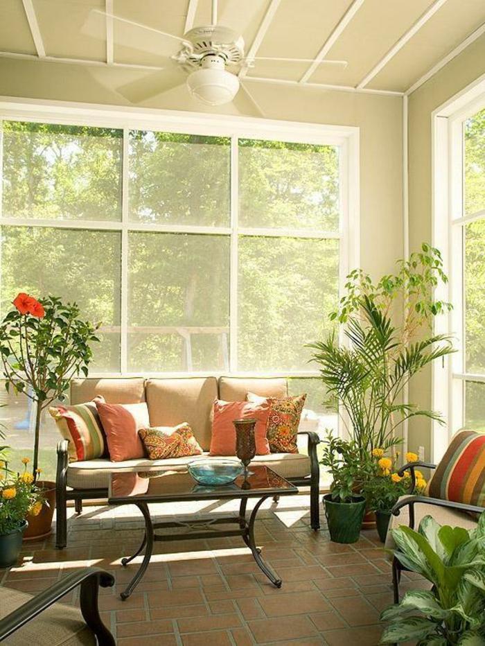 glasswand-terrasse-sofa-mit-dekokissen