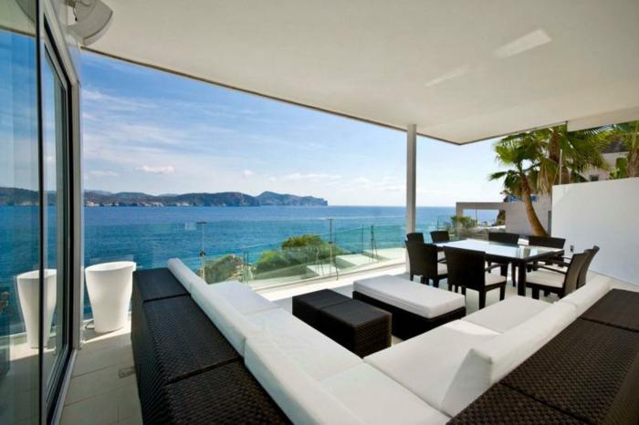 glasswand-terrasse-ultramoderne-möbelstücke
