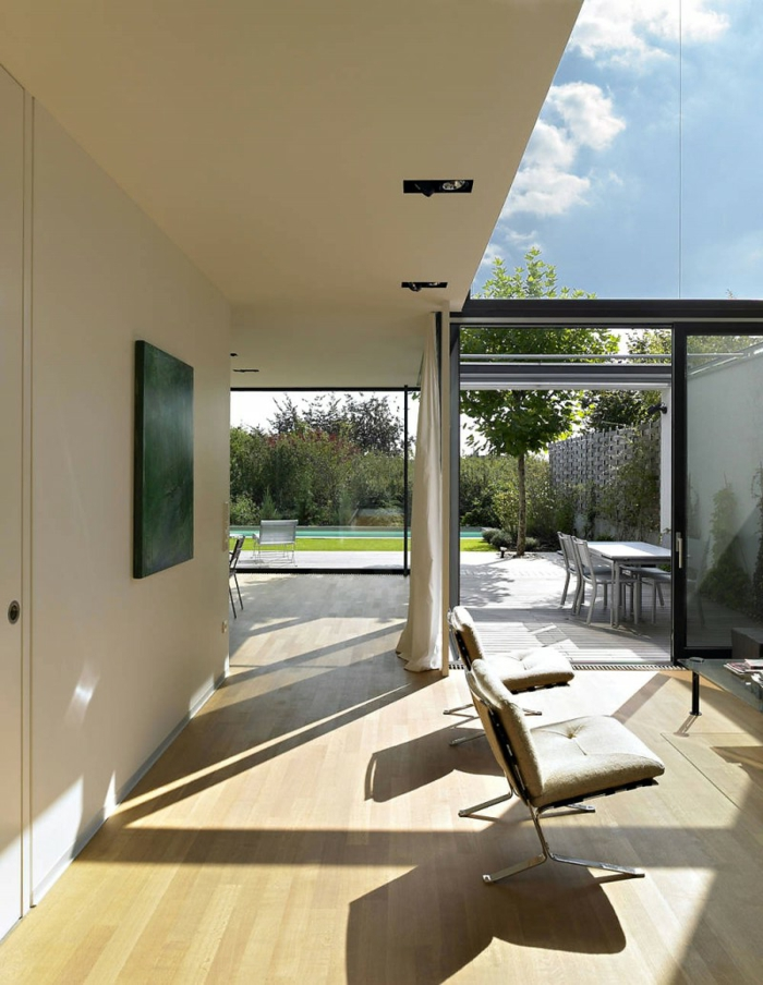 glasswand-terrasse-weiße-überdachung