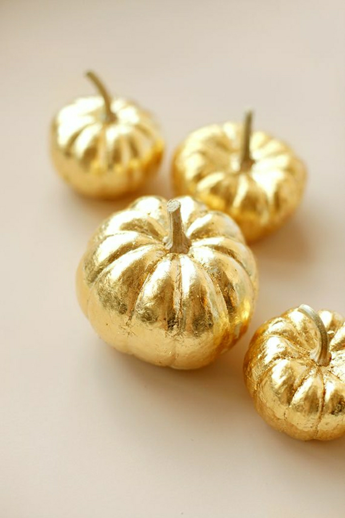 goldene-handgemalte-Kürbisse-stilvolle-Dekoration