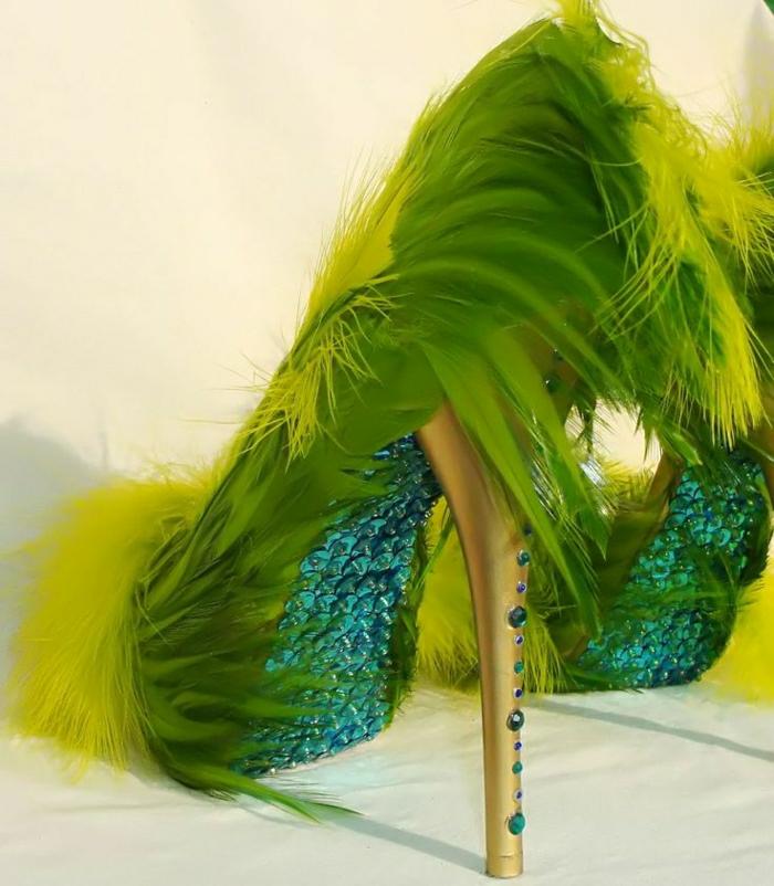 grüne-gelbe-Federn-Schuhe-Absatz-golden-Kristallen