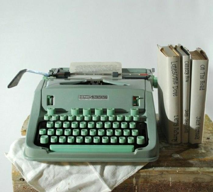 grüne-vintage-Schreibmaschine-Bücher