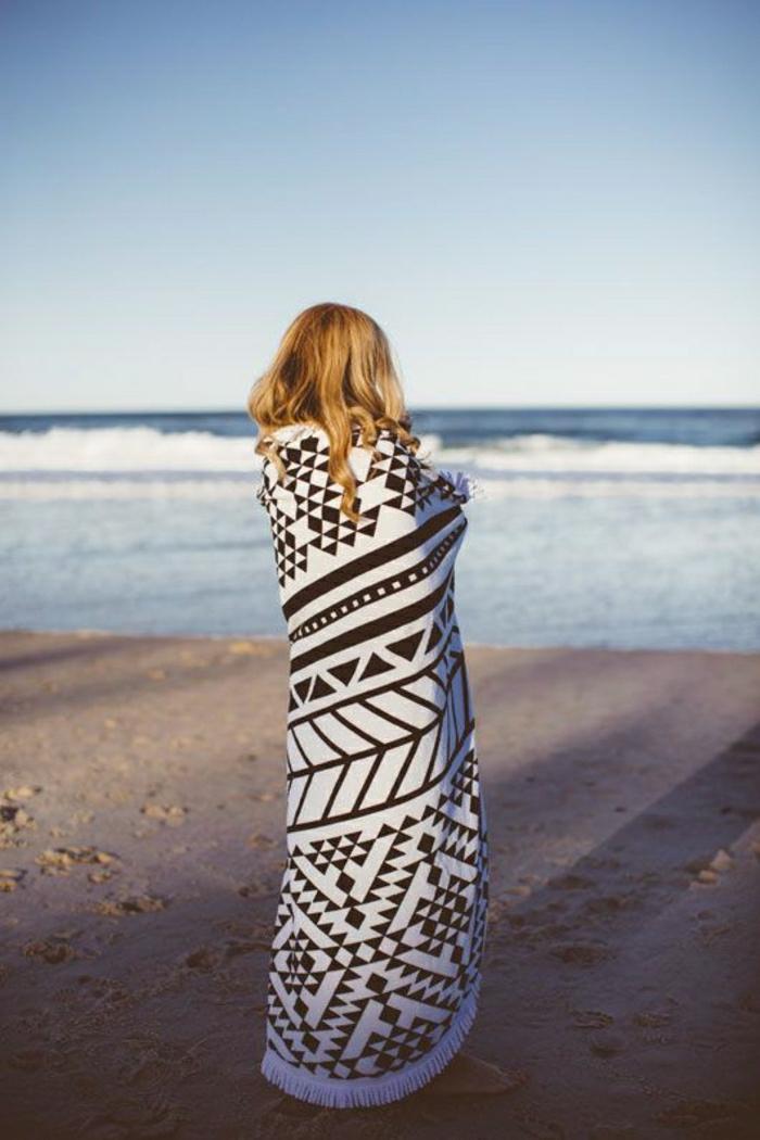großes-Strand-Tuch-graphisches-Muster-schwarz-weiß
