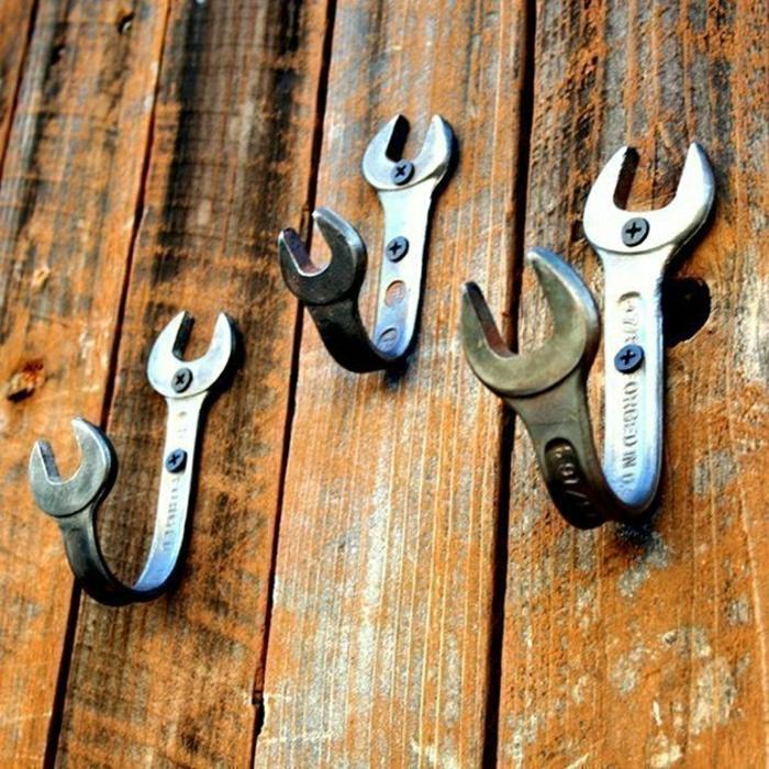 hölzerne-Wand-Bretter-Schraubenschlüssel-Haken-männliches-Interieur