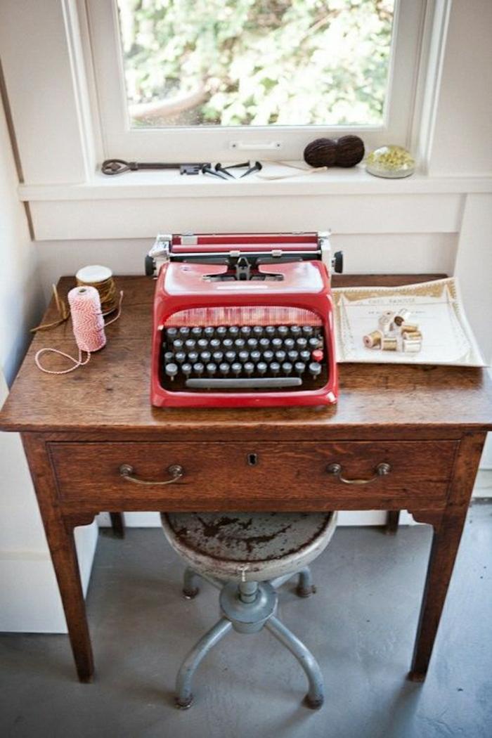 hölzerner-Schreibtisch-Metall-Hocker-vintage-rote-Schreibmaschine
